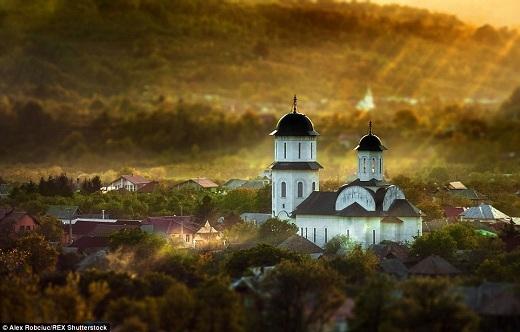 Nhà thờ trắng đậm phong cách cổ điển chẳng khác gì tranh vẽ.