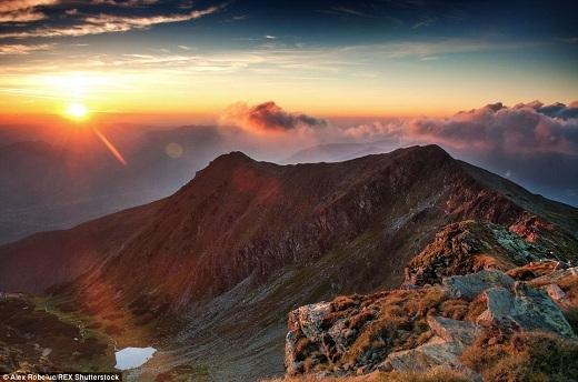 Cảnh mặt trời mọc trên đỉnh núi cao thật sự khiến người ta phảinghẹt thở.