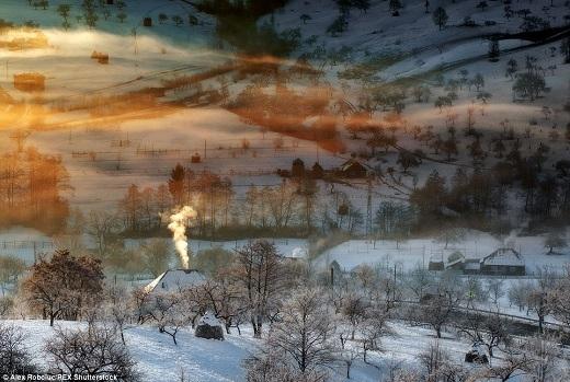 Vào mùa đông, lớp tuyết trắng xóa phủ đều trên từng cành cây, ngọn cỏ, mái nhà và quả đồi làm mọi thứ trở nên thật huyền ảo.