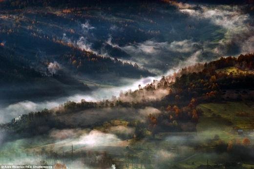 Màn sương mỏng phủ khắp ngôi làng - nơi ẩn chứa nhiều bí mật của bá tước Dracula trong tiểu thuyết nổi tiếng của nhà văn Bram Stoker.