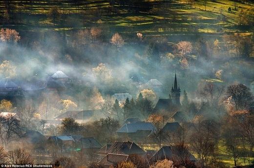 Ở một thị trấn nhỏ giữa lòng Romania, sương mù giăng khắp trên những mái nhà.