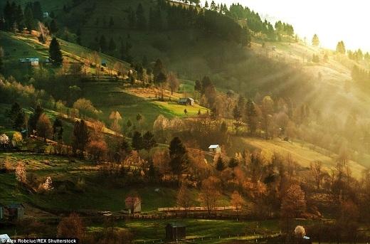 Sườn đồi trở nên đặc sắc hơn nhờ những mái nhà tranh và trang trại nhỏ với hàng rào gỗ bao quanh.