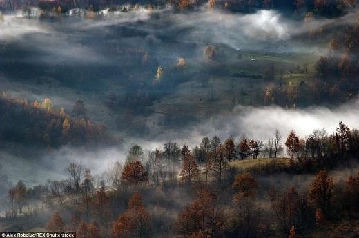 Maramures nằm ở phía đông bắc của Carpathia và thượng nguồn sông Tisa.