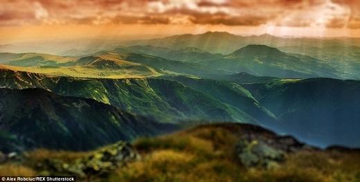 Cầu vồng vắt qua những ngọn núi ở Carpathia.