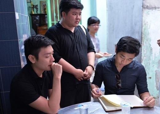 Mỗi khi không bận quay hình, MC sinh năm 1984 đều đến thắp hương, hỗ trợ gia đình lo hậu sự. Anh và bạn bè viết những lời thương tiếc Quang Minh trong sổ tang. - Tin sao Viet - Tin tuc sao Viet - Scandal sao Viet - Tin tuc cua Sao - Tin cua Sao