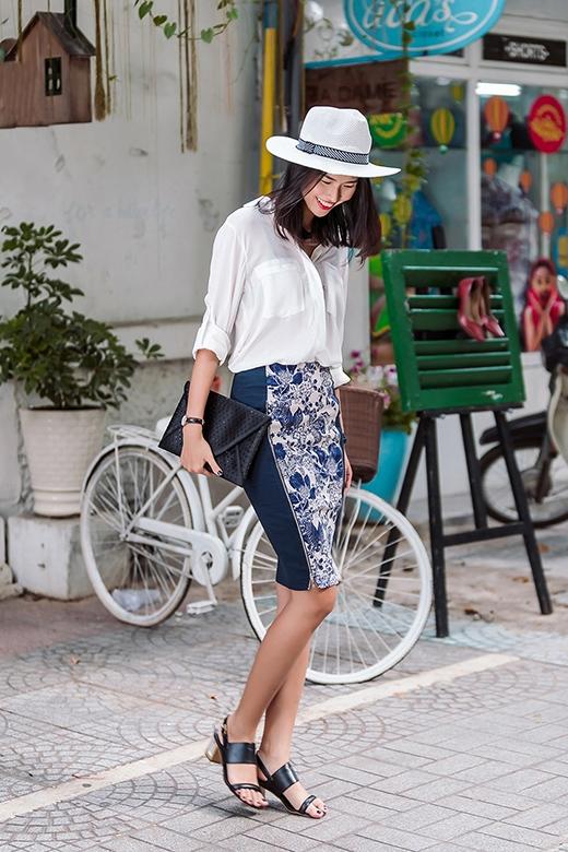 """Sự kết hợp giữa áo sơ mi trắng bằng chất liệu voan mỏng cùng chân váy bút chì tạo nên một hình ảnh kinh điển cho phong cách thanh lịch của phái đẹp. Hãy nhìn xem, chiếc mũ fedora đang """"gây bão"""" trong mùa hè 2015 lại khiến bộ trang phục trở nên mạnh mẽ, cá tính hơn hẳn!"""