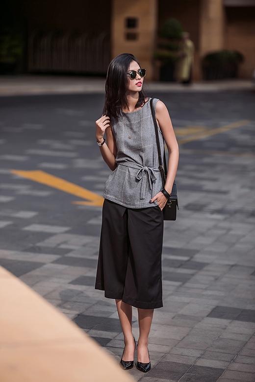 Hình ảnh của những quí cô thanh lịch, hiện đại nhưng không kém phần sang trọng được mang đến qua bộ trang phục kết hợp giữa quần culottes hợp mốt cùng áo nỉ kẻ caro to bản.