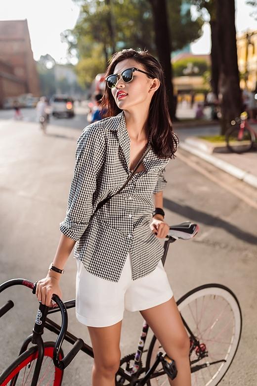 Những đường kẻ sọc li ti tạo nên hiệu ứng thị giác bắt mắt cho chiếc áo sơ mi truyền thống. Đã nhiều mùa mốt đi qua, dường như hai tông màu trắng, đen vẫn chưa hề hạ nhiệt mà càng trở nên mãnh liệt hơn trong những phong cách mới mẻ.