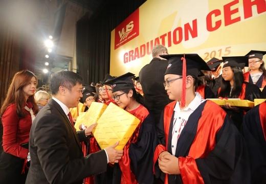 Ông Phạm Tấn Nghĩa – Chủ tịch Hệ thống Anh văn Hội ViệtMĩtrao quà và chứng chỉ tốt nghiệp cho các học viên xuất sắc.