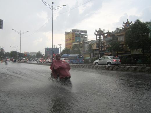 Cơn mưa lớn và gió giật mạnh chiều ngày 28/7 tại TP.HCM.