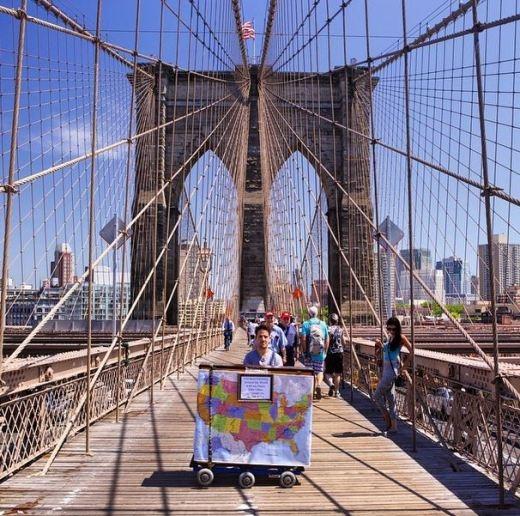 Dotan chơi đàn ở cầu Brooklyn, New York.