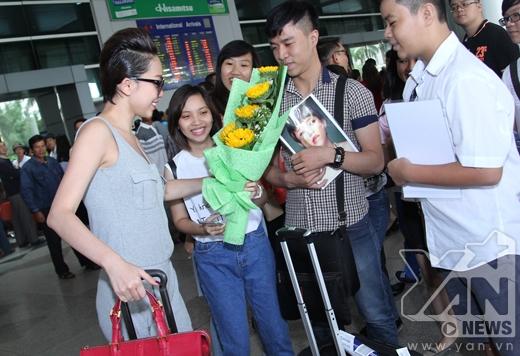 Tóc Tiênbất ngờ, xen lẫn hạnh phúc khi thấy các bạn fan đã có mặt tại sân bay và chào đón mình. - Tin sao Viet - Tin tuc sao Viet - Scandal sao Viet - Tin tuc cua Sao - Tin cua Sao