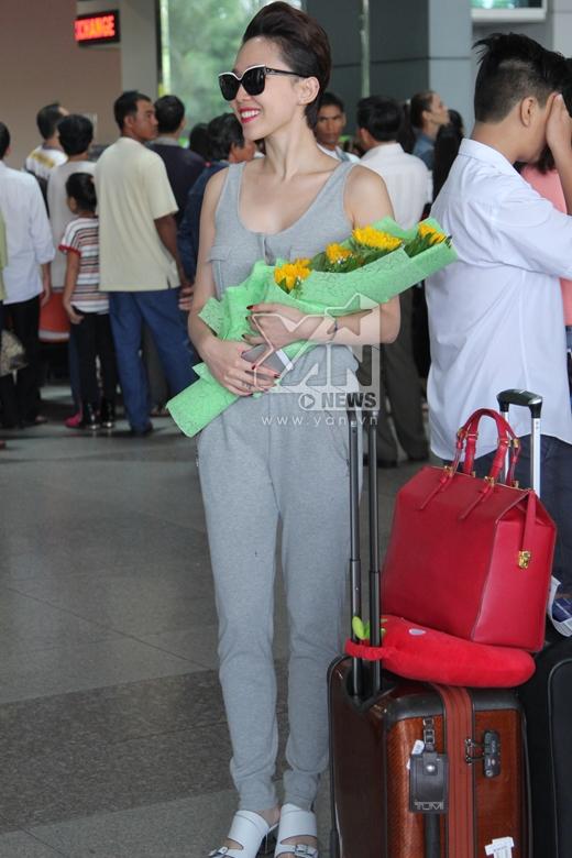 Tóc Tiên đối lập cảm xúc với Hồ Ngọc Hà tại sân bay - Tin sao Viet - Tin tuc sao Viet - Scandal sao Viet - Tin tuc cua Sao - Tin cua Sao