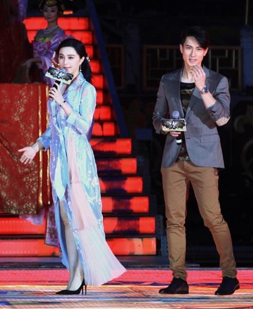 Phạm Băng Băng mặc váy như áo choàng ngủ đi sự kiện