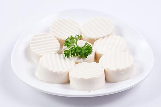 Rau xanh và đậu phụ không chiên - hai trong nhiều loại thực phẩm tốt để giữ vóc dáng.
