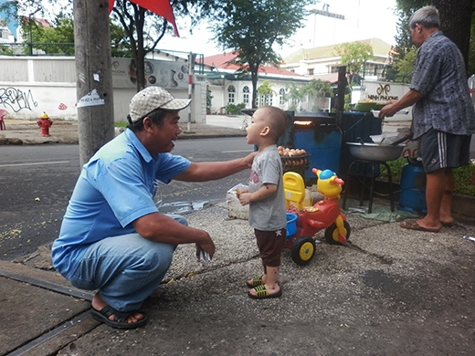 Nhiều người xung quanh vẫn thường xuyên đến thăm và chơi cùng bé Tuấn.