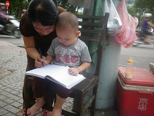 Bé trai 2 tuổi phụ ngoại bán bột chiên ở Sài Gòn giờ ra sao?