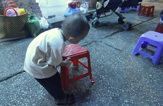 Hình ảnh bé trai nhỏ bé gầy gò phụ ngoại bán bột chiên khiến nhiều người cảm động.