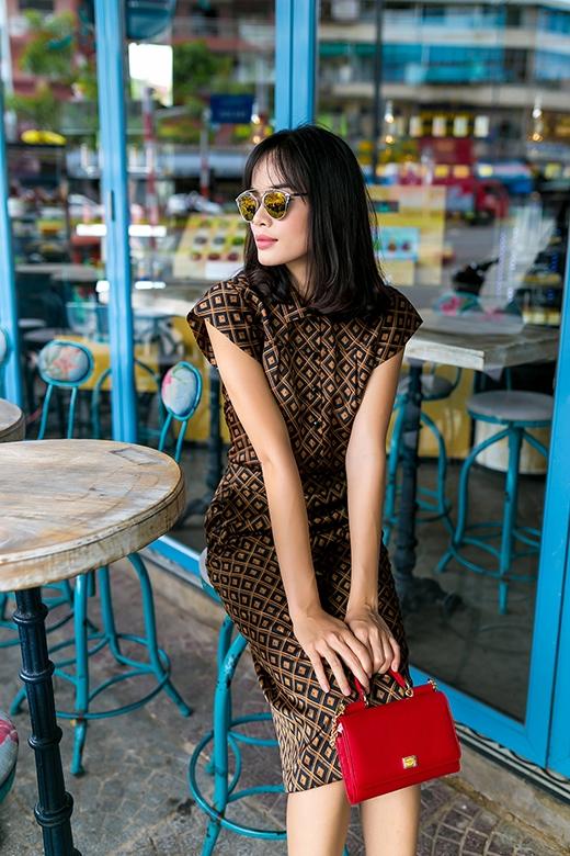 Những hình vuông nối tiếp nhau tạo nên hiệu ứng thị giác bắt mắt cho bộ trang phục theo tinh thần tối giản.