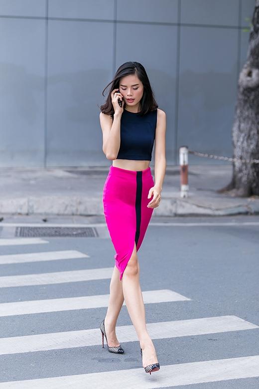 Bộ trang phục này được chân dài Thu Hiền mang đến hai hình ảnh khác nhau: sắc xám sang trọng, thanh lịch và sự nổi loạn giữa tông hồng cánh sen rực rỡ.
