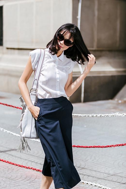 Sự kết hợp cổ điển giữa áo sơ mi, quần culottes trên nền hai gam màu trắng, đen vẫn minh chứng được sức hút của mình khi liên tục được các tín đồ thời trang lăng xê.
