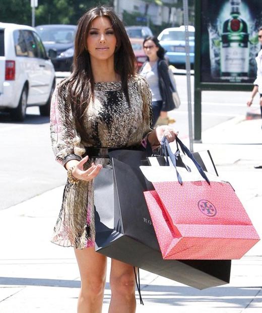 Chỉ trong vài phút, Kim Kardashian đã làm cho những nhân viên tại cửa hàng Hermes khá choáng khi mua hẳn 7 chiếc ví với giá trị 100 ngàn USD (tương đương hơn 2 tỉ VND).