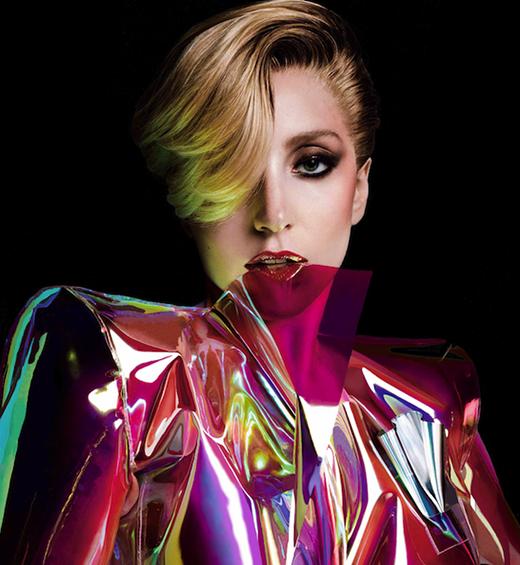 Để tậu 27 chú cá chép Koi trực tiếp từ Nhật Bản, Lady Gaga đã chi trả số tiền tổng cộng lên đến 60 ngàn USD (tương đương 1,2 tỉ VND). Không chỉ vậy, cô cũng mua hẳn một thiết bị nhằm phát hiện ra ma trị giá 5 ngàn USD (tương đương 105 triệu VND).