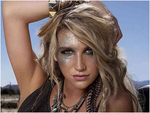 Kesha cho biết, mỗi tháng cô chi ra 24 ngàn USD (tương đương 504 triệu VND) cho việc mua nhũ mắt phục vụ cho các buổi biểu diễn.