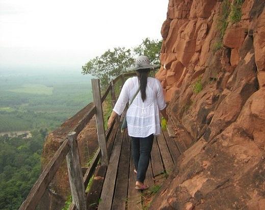 Chính vì không quá cao nên nếu bạn có chứng sợ độ cao thì cũng đừng lo lắng. Đường lên núi là một con đường gỗ, có 7 bậc thang tượng trưng cho 7 bậc khai sáng tâm linh của triết lý Phật giáo.