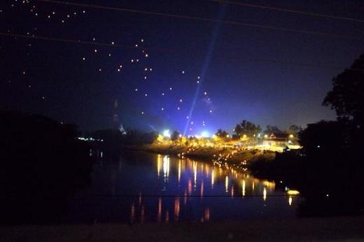 Nếu bạn đến Isaan vào khoảng tháng 12 âm lịch (nhằm tháng 11 dương lịch), đừng quên ghé chùa Charoen Phon ở tỉnh Mahasarakham để tham gia lễ hội thả đèn trời siêu lãng mạn nhé.