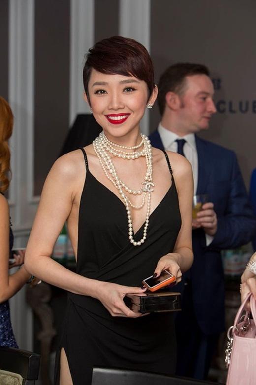 Giọng ca Ngày maikết hợp chiếc váy này cùng đôi giày đế đỏ của Louboutin, kèm theo đó là clutch của Dior. - Tin sao Viet - Tin tuc sao Viet - Scandal sao Viet - Tin tuc cua Sao - Tin cua Sao