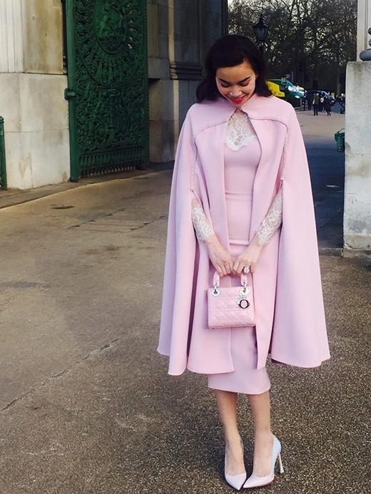 Đi kèm theo bộ đồ của Hà Hồ là set phụ kiện hàng hiệu đẳng cấp, gồm chiếc túi Lady Dior, giày mũi nhọn và khuyên tai ngọc trai cùng thương hiệu Dior. - Tin sao Viet - Tin tuc sao Viet - Scandal sao Viet - Tin tuc cua Sao - Tin cua Sao