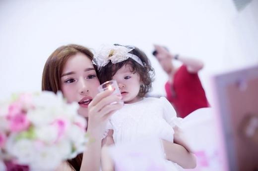 Cận cảnh vẻ đẹp long lanh của hai mẹ con Elly Trần - Cadie Mộc Trà.