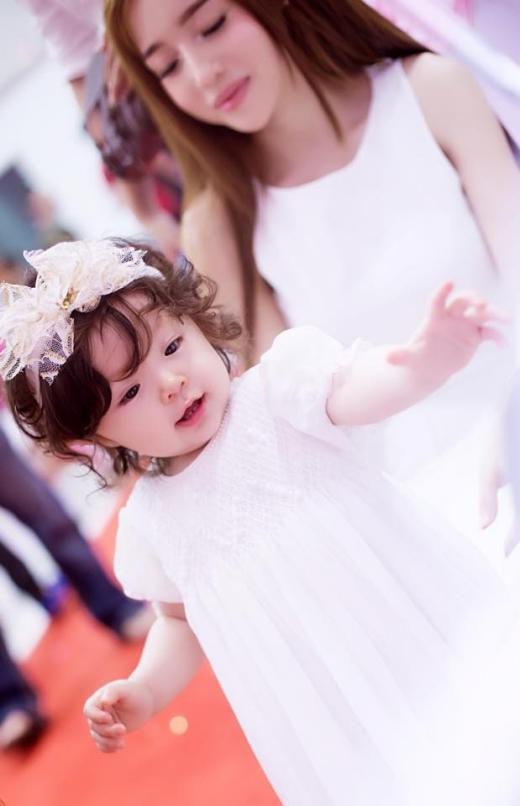 Cô bé sở hữu làn da trắng bóc cùng gương mặt bụ bẫm, đáng yêu.