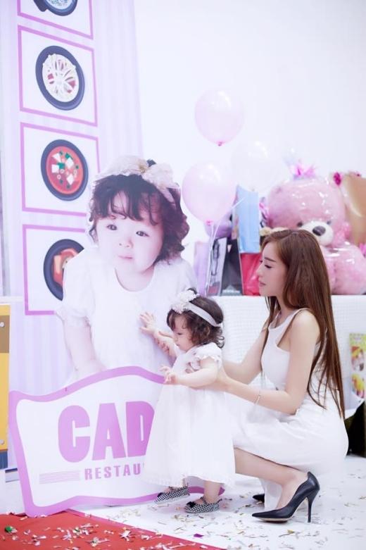 Trước đó, Cadie Mộc Trà từng gây bão cộng đồng mạng bởi gu thời trang sành điệu không thua kém mẹ Elly Trần là bao.