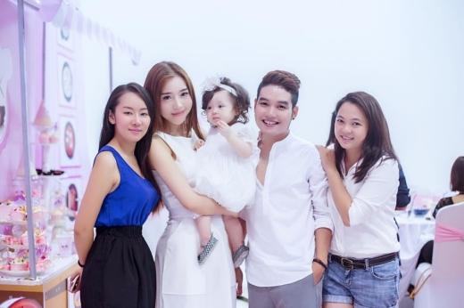 Elly Trần và con gái bên bạn bè thân thiết.