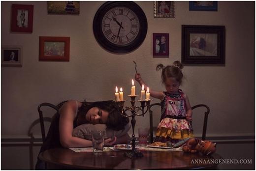 """Đợi chờ """"dài cổ"""" vì cô con gái mãi chẳng chịu ăn một miếng nào nếu không có... sô-cô-la làm """"mồi""""."""
