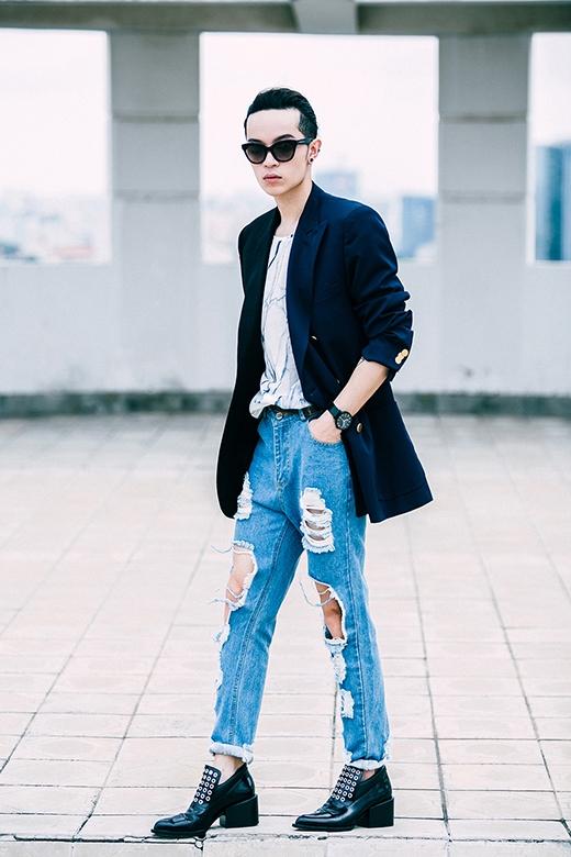 Chiếc quần baggy denim rách mang đậm hơi thở của sự bụi bặm, cá tính được chàng mẫu chọn diện cùng áo phông mỏng có họa tiết và màu sắc khá trang nhã, mềm mại.