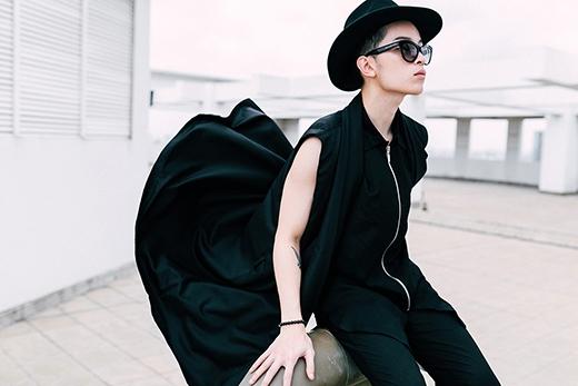 Phong cách unisex bắt mắt với tông đen của Kelbin Lei