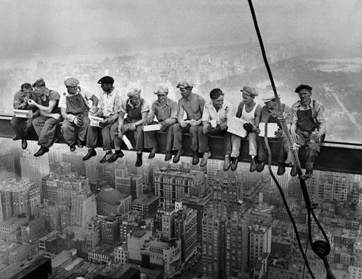 Hội những người thích đọc báo trên cao.