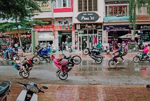 Bức hình dàn xe máy bỗng dưng bốc đầu hàng loạt trên phố khiến cho nhiều người phải giật mình. Nhìn kĩ hơn vào bức ảnh, ai cũng nhận ra đã có sự can thiệp của photoshop. Thế nhưng, hình ảnh này cũng đã đánh lừa được khá nhiều bạn trẻ.