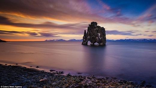 Theo truyền thuyết Iceland, núi đá Hvítserkur vĩ đại cao 15m trên bán đảo Vatnsnes này là một người khổng lồ hóa đá.