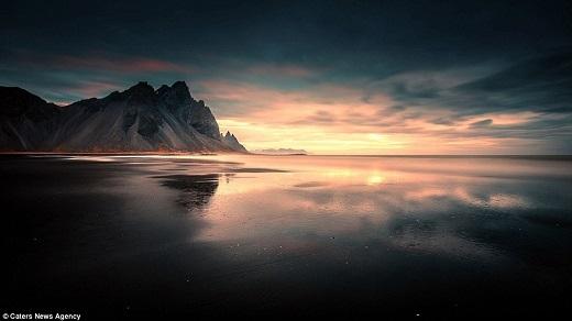 Núi Vestrahorn ở phía đông nam Iceland cao gần 457m và có tuổi thọ 8 triệu năm.