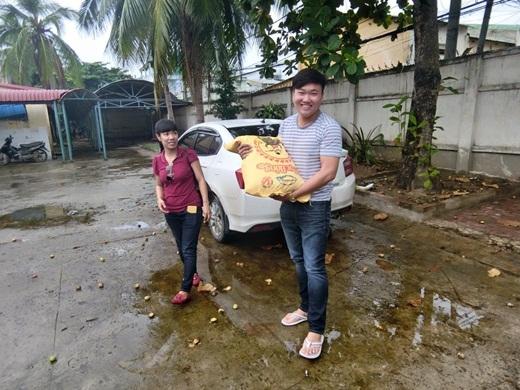 Thánh mưa Trung Quân giản dị đội mũ vé số đi phát gạo - Tin sao Viet - Tin tuc sao Viet - Scandal sao Viet - Tin tuc cua Sao - Tin cua Sao