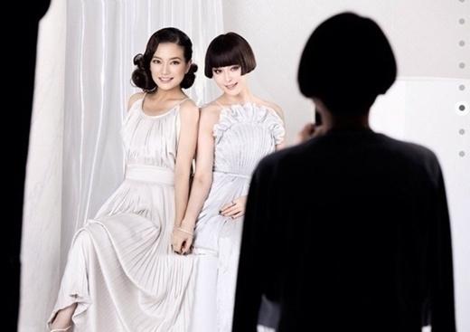Triệu Vy - Phạm Băng Băng tình cảm trong buổi chụp ảnh.