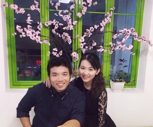 Khương Duy hạnh phúc bên cô bạn gái xinh đẹp.
