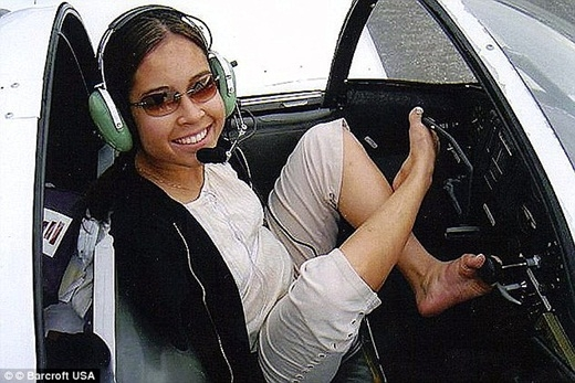 Cảm động cái ôm đặc biệt giữa phi công không tay và bé gái