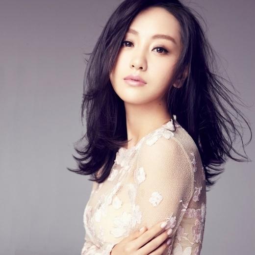 Dương Dung gia nhập ngành giải trí khá sớm nhưng trong khi bạn cùng thời Đặng Siêu, Hoắc Tư Yến đã nổi tiếng đàn em Triệu Lệ Dĩnh, Trần Hiểu đều vươn xa thì cô vẫn chỉ có thể làm diễn viên phụ trong phim.