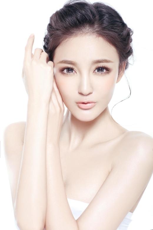 Lưu Vũ Hân được khán giả chú ý khi tham gia Bộ Bộ Kinh Tâmvà tỏa sáng với bộ phim Vũ Động Kỳ Tích. Cô có ngoại hình, có kĩ năng diễn xuất nhưng diễn mãi vẫn không vươn lên thành sao hạng A.