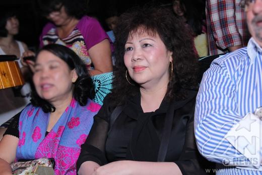 Ngồi dưới hàng ghế khán giả, mẹ của Nathan Lee chăm chú theo dõi các tiết mục của con trai. - Tin sao Viet - Tin tuc sao Viet - Scandal sao Viet - Tin tuc cua Sao - Tin cua Sao